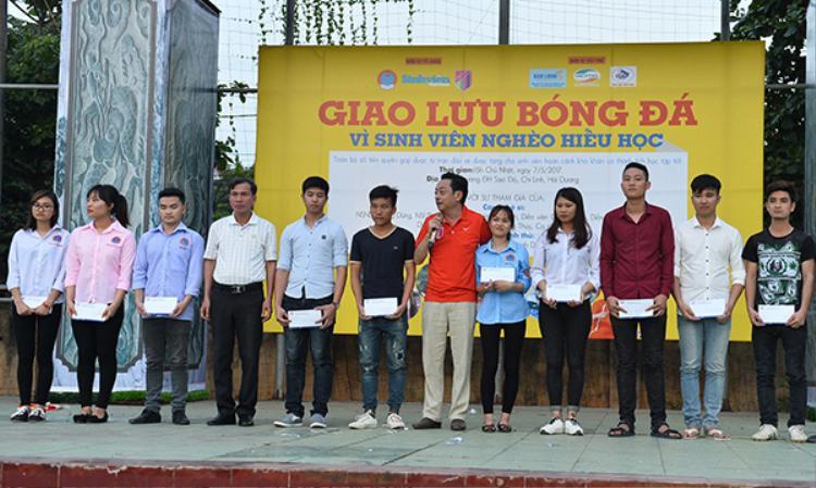 NSND Hoàng Dũng đại diện CLB trao 10 xuất học bổng để trao cho 10 gương mặt sinh viên nghèo hiếu học ngay sau khi kết thúc trận đấu.