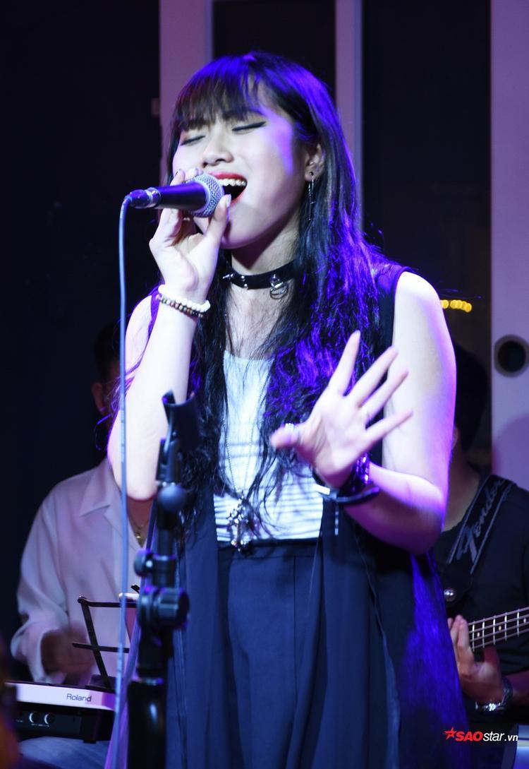 Giọng ca trẻ Đào Tâm Phương mở màn với ca khúc Hello, đây cũng là hit mà cô nàng đã chinh phục HLV Thu Minh tại vòng Giấu mặt.
