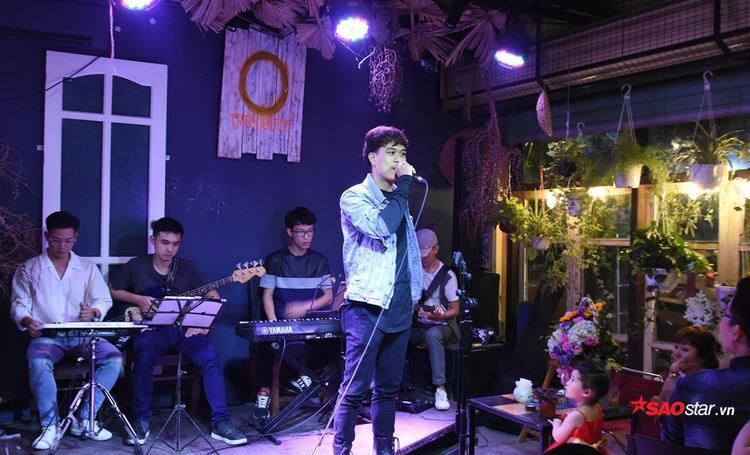 Phan Tuấn Anh có lẽ là cái tên hot nhất với một lượng fans hùng hậu tới cổ vũ. Đó cũng là động lực khiến chàng trai đến từ team Noo Phước Thịnh thể hiện rất xuất sắc ca khúc Mơ của nhạc sĩ Vũ Cát Tường.