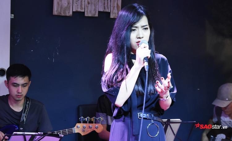 Cô gái trẻ sinh năm 1997 - Hải Linh đã làm bầu không khí của đêm nhạc trở nên sôi động hơn với ca khúc Quay lưng.