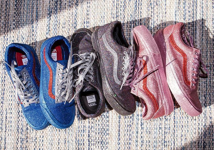 """Trong phi vụ mới nhất, OG Old Skool LX là mẫu giày được bộ đôi""""mát tay"""" chọn lựa. Tổng thể phần thân, đế, dây giày và cả đường vằn nổi danh của Vans trongGlitter Pack đều được phủlên mình bộ cánh long lanh. Với chị em thích """"kim sa hạt lựu"""" thì đây quả là diện mạo gây """"yếu lòng""""."""