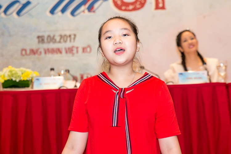 """Bé Ngọc Linh là """"ngôi sao"""" của Nhà Văn hóa Thiếu nhi Quận Ba Đình. Bé có giọng hát trong sáng, bản lĩnh sân khấu vững vàng, đã từng tham gia biểu diễn trong rất nhiều chương trình truyền hình trong những năm qua."""