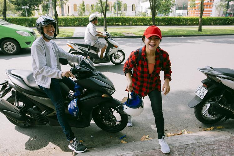 Quang Đăng chở người yêu đến sự kiện bằng xe máy.