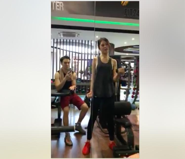 Chúng Huyền Thanh thường xuyên đến phòng tập gym cùng bạn trai.