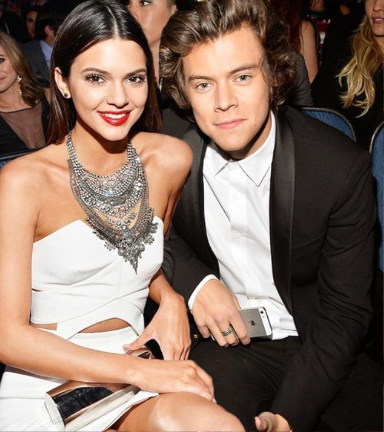 Anh chàng cùng với siêu mẫu nổi tiếng Kendall Jenner hợp rồi tan, tan rồi hợp. Sau đó, cả hai đã đường ai nấy đi.