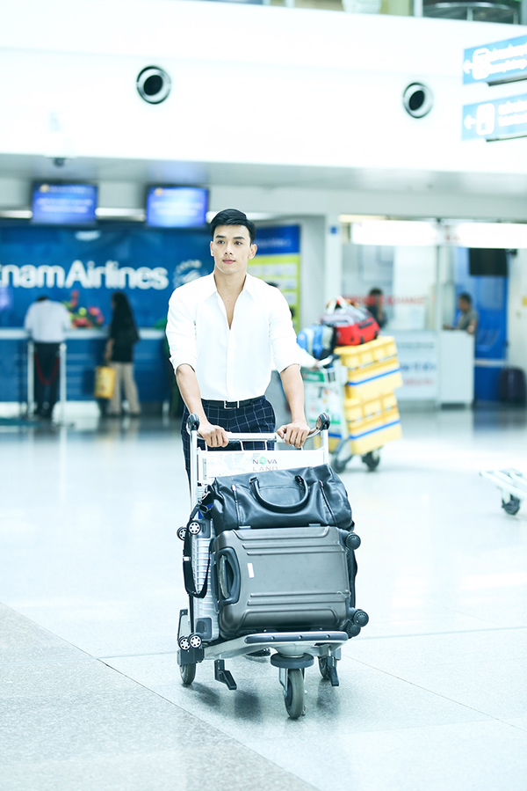 Thuận Nguyễn xuất hiện nổi bật ở sân bay.