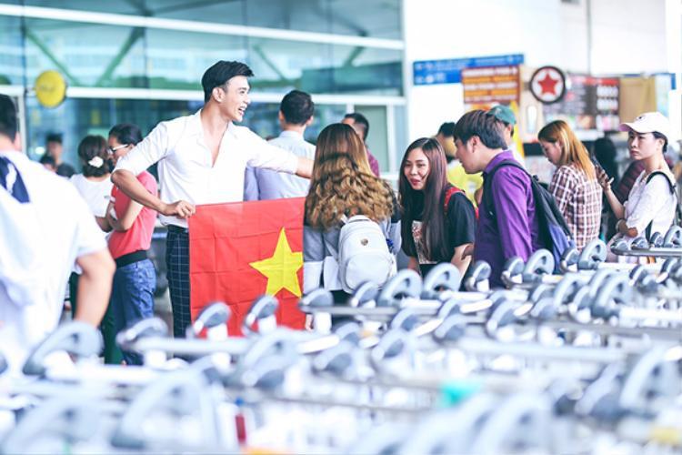 Thuận Nguyễn tự hào cầm cờ Tổ quốc lên đường dự thi Mister Global 2017