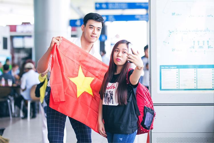Thuận Nguyễn cầm cờ Tổ Quốc lên đường đi thi.