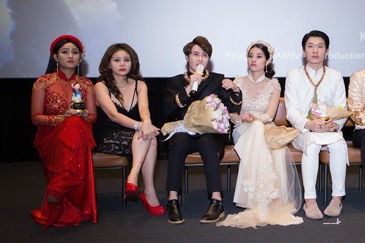 Huỳnh Lập cùng các diễn viên không kiềm được những giọt nước mắt xúc động. Bởi lẽ sau bao khó khăn, vất vả họ cũng tạo ra được một tác phẩm chỉn chu nhất trong khả năng của mình.