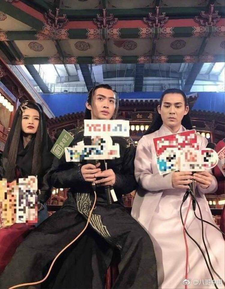 Đứng cạnh các đàn em, Châu Du Dân lộ rõ khoảnh cách tuổi tác.