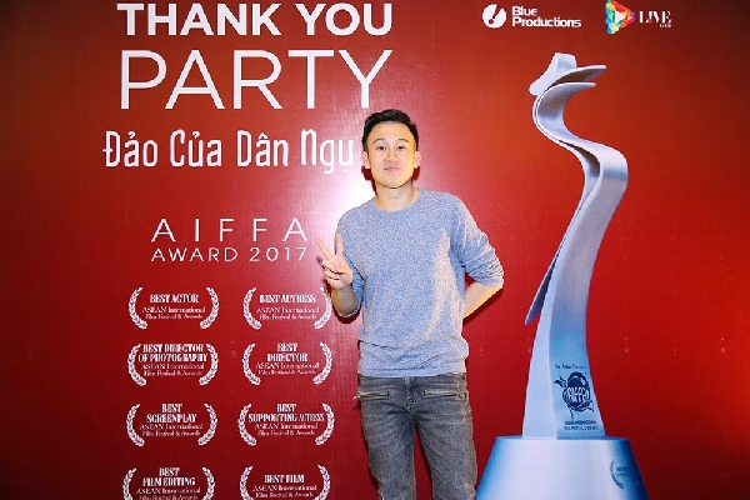 Tối 9/5, sau khi lọt đề cử và được vinh danh ở nhiều hạng mục tại Liên hoan phim Aiffa Award 2017, đoàn phim Đảo của dân ngụ cư đã tổ chức buổi tiệc mừng/cám ơn tại một trung tâm hội nghị tại TP.HCM. Xuất hiện từ sớm, Dương Triệu Vũ thu hút sự quan tâm đặc biệt của giới truyền thông.