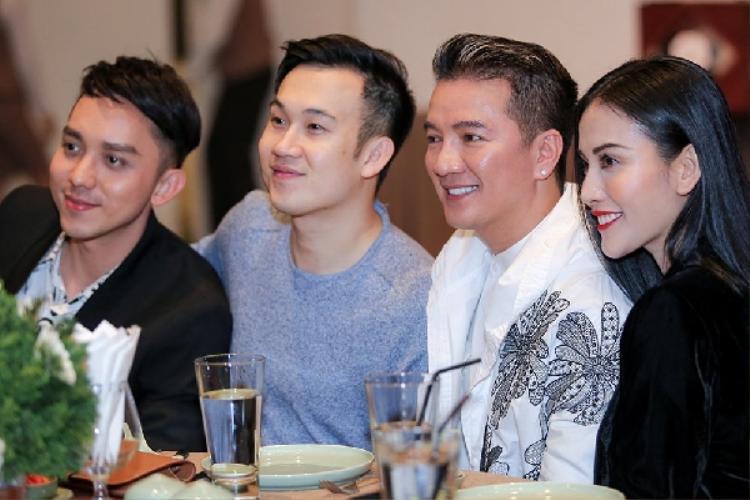 """Mặc dù đang giữa """"tâm bão"""", Đàm Vĩnh Hưng vẫn vui vẻ tiến lại bàn Dương Triệu Vũ ngồi để trò chuyện rồi chụp ảnh lưu niệm cùng anh và La Quốc Hùng, Mai Hồ."""