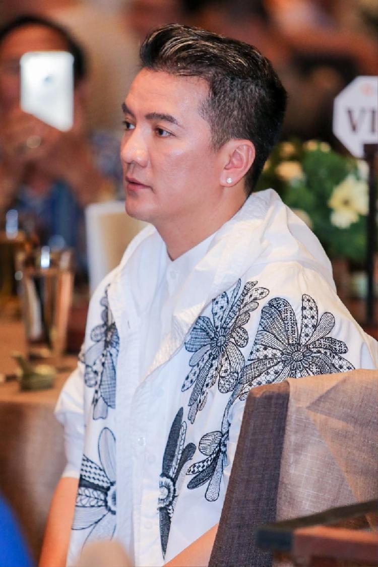 """Sau khi chào hỏi mọi người, """"Ông hoàng nhạc Việt"""" nhanh chóng trở về bàn của mình và theo dõi chương trình."""