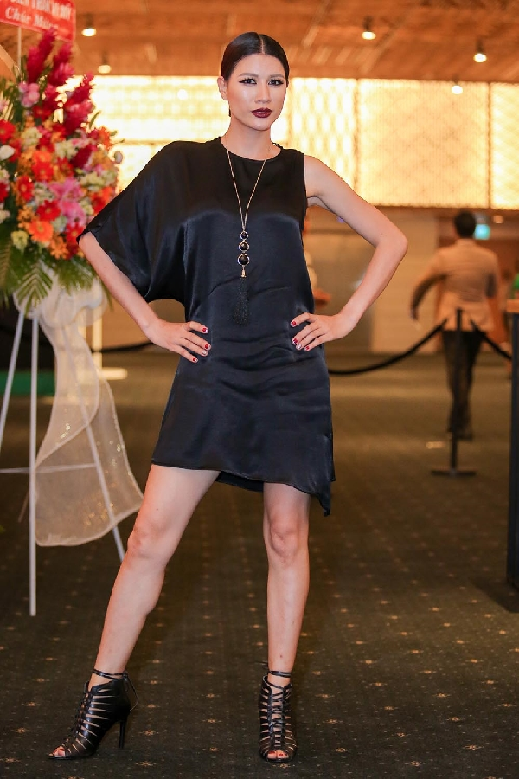 Cựu người mẫu/diễn viên Trang Trần cá tính với bộ trang phục đen và make up đậm.