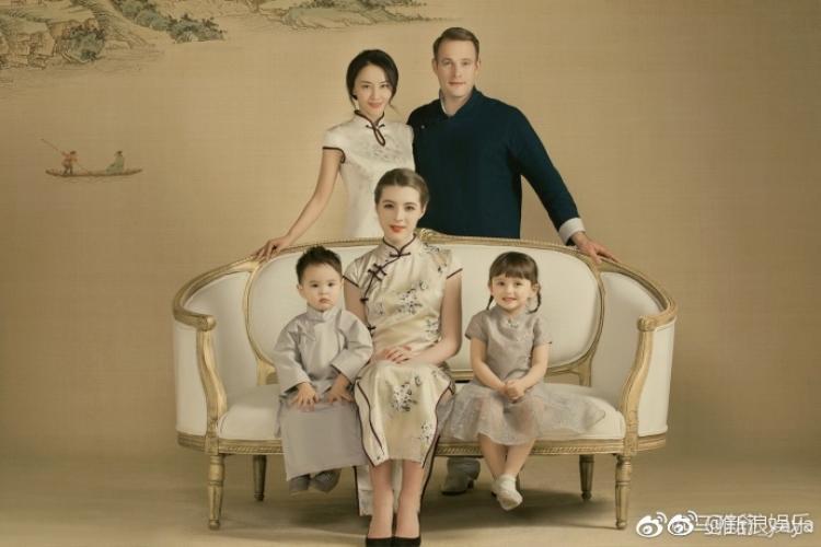 Mã Nhã Thư cùng chồng, hai con ruột và con riêng người ngoại quốc.