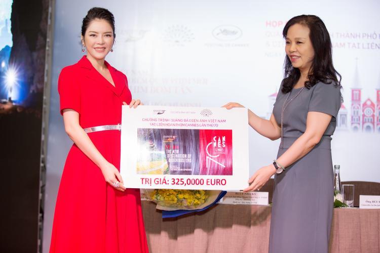 Cô cũng trao 325.000 Euro cho bà Ngô Phương Lan, Cục trưởng Cục điện ảnh Việt Nam với hoạt động quảng bá điện ảnh Việt tại LHPCannes.