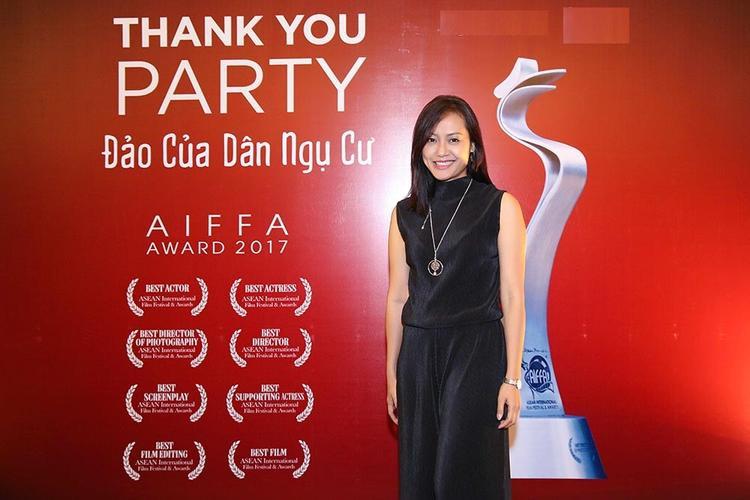 Đạo diễn Hồng Ánh rạng rỡ trong buổi tiệc cảm ơn.