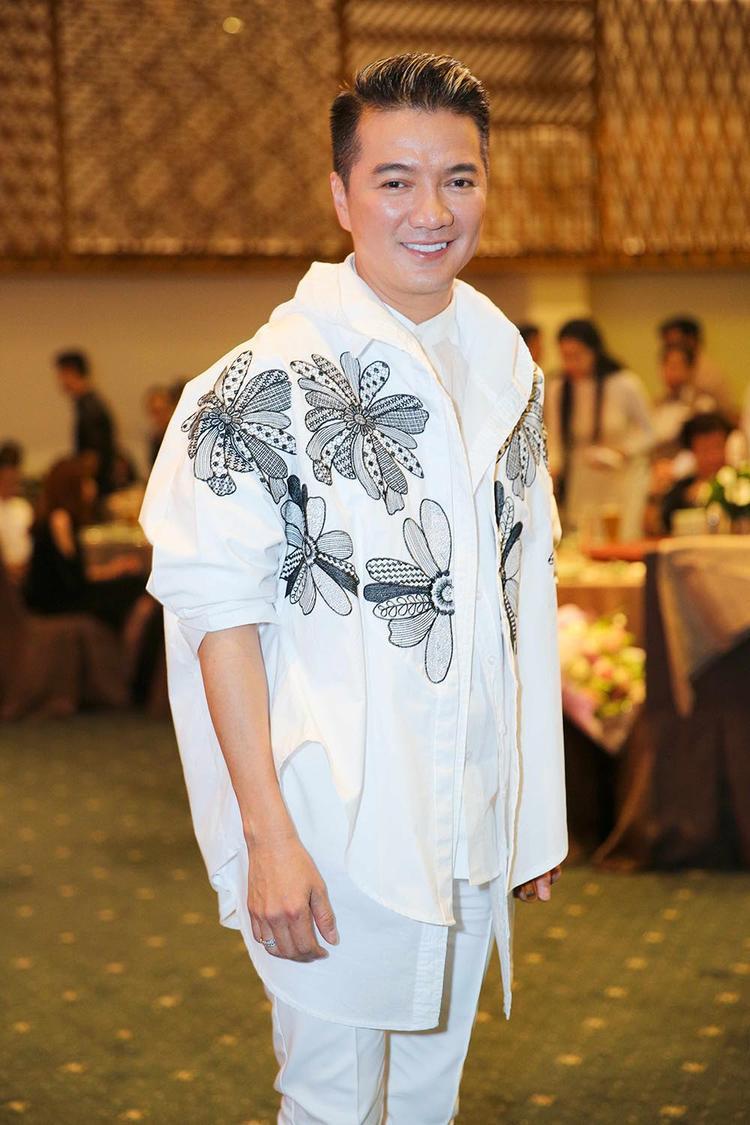 Đàm Vĩnh Hưng chọn trang phục khá đặc biệt.