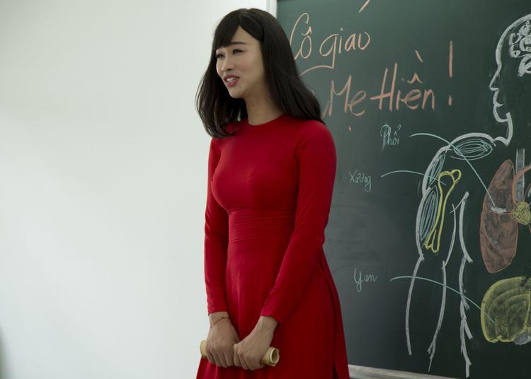 """Để thêm phần sinh động, giọng ca Ngưng làm bạn đã mời diễn viên Hải Triềuvào vai cô giáo. Với tính cách vui vẻ có phần tăng động của mình, Hải Triều đã tạo nên hình ảnh cô giáo bá đạo với sự uy nghiêm """"thét ra lửa""""."""