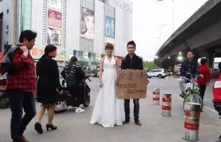 Người đàn ông rao bán vợ trên phố để kiếm tiền cứu con gái