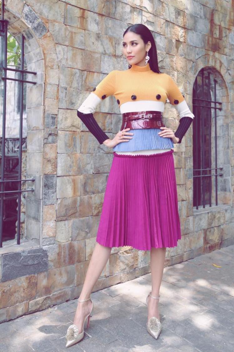 Lan Khuê trở thành quý cô thứ thiệt khi diện trang phục từ thương hiệu Salvatore Ferragamo,Versace cùng giày cao gót từ nhà mốt Pháp Christian Louboutin. Người đẹp còn bước vào cuộc chơi đa sắc bằng những gam màu nổi bật và khéo léo lựa chọn thắt lưng bản tokhiến tổng thể trang phục trở nên bắt mắt hơn hẳn.