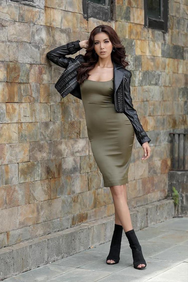 Trái ngược với Lan Khuê, Hoàng Thuỳ hoàn toàn kín đáo, Minh Tú kiêu hãnh khoe trọn thân hình bốc lửa trong chiếc váy satin bó sáttừ nhà thiết kế Chung Thanh Phong.