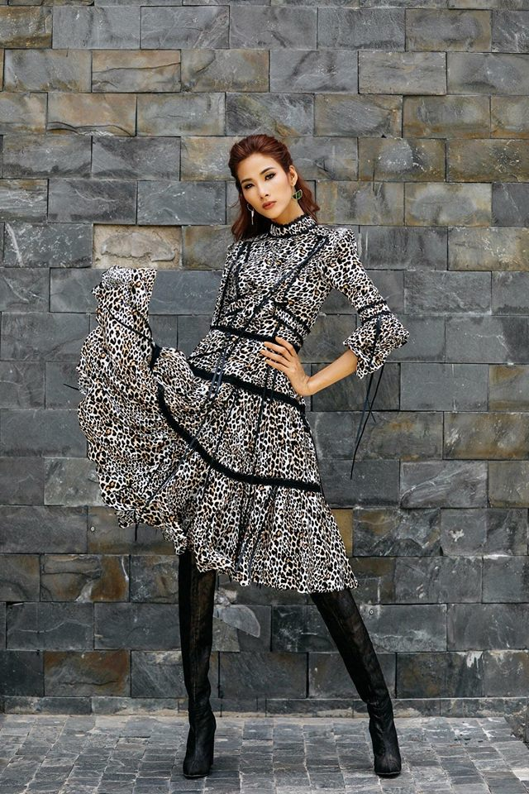 """""""Thiên biến vạn hoá"""" liên tục, cuối cùng là váy da beo do Lê Thanh Hoà thiết kế."""