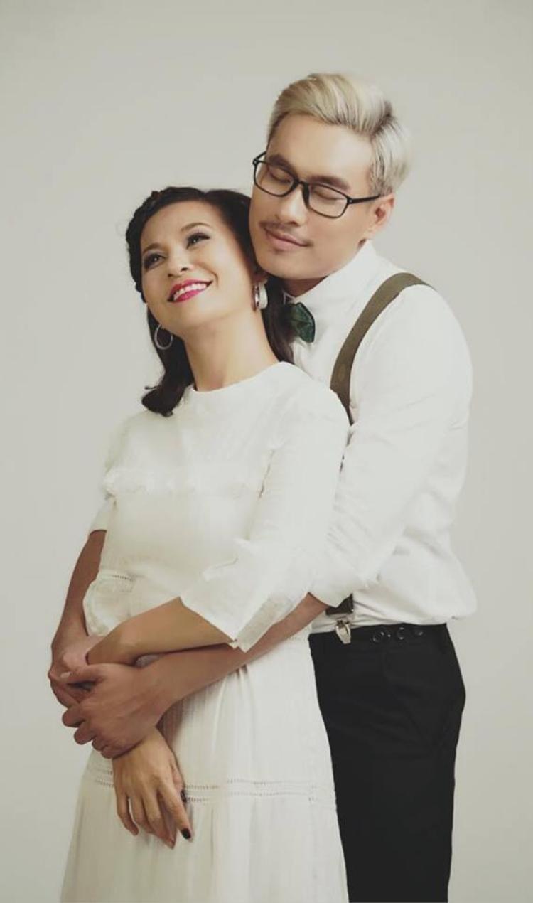 Cát Phương hơn Kiều Minh Tuấn 18 tuổi nhưng cô lúc nào cũng rất trẻ trung bên bạn trai.