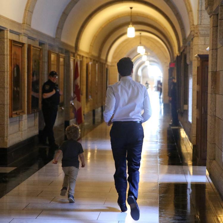 Chơi rượt bắt trên những dãy hành lang dài của toà nhà Quốc hội.