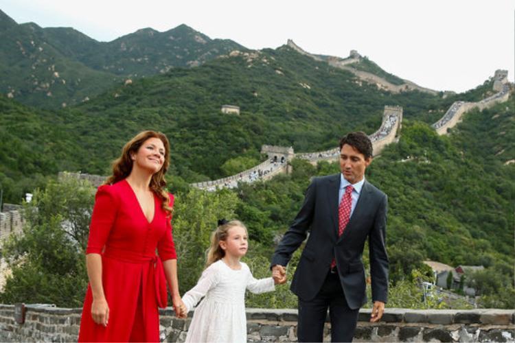 Vợ chồng Thủ tướng và con gái Ella-Grace trong chuyến công du đến Trung Quốc.