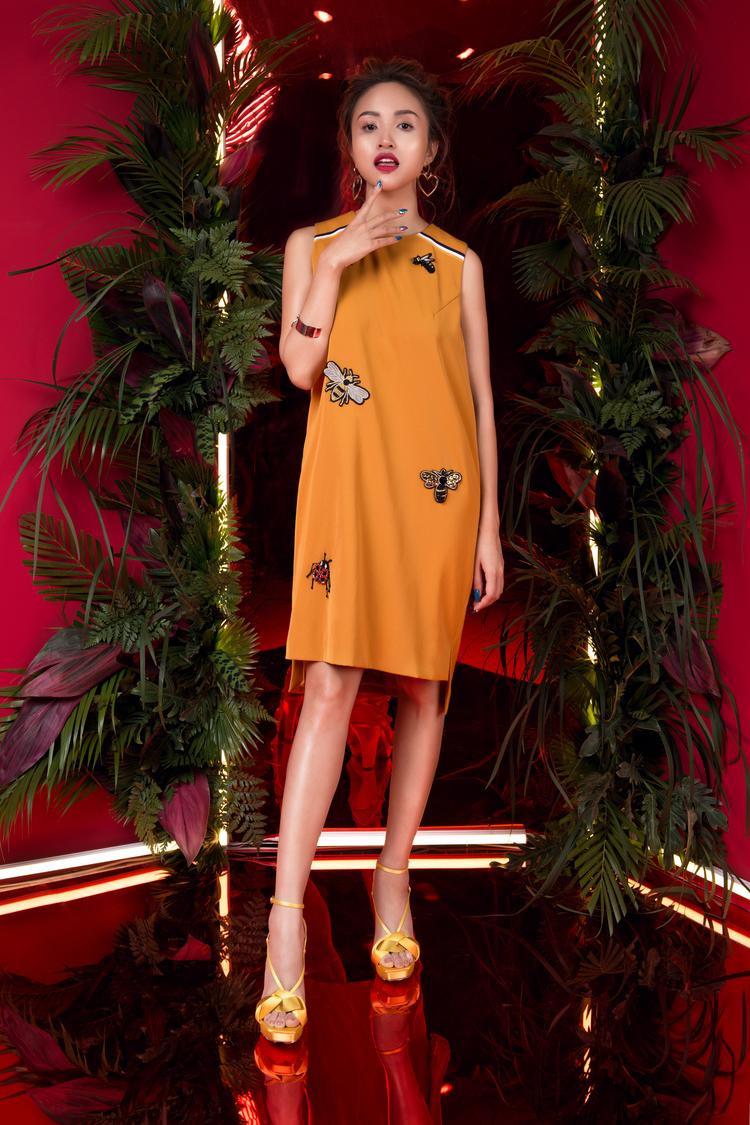 Đặc biệt, chất liệu lụa pha sợi tổng hợp được chọn lọc kỹ lưỡng, giúp trang phục thoáng mát, không nhăn và có tính thẩm mỹ cao