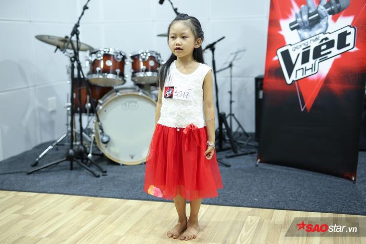 Một cô bé nhỏ xíu cũng mạnh dạn đến thử giọng trong buổi sáng nay.