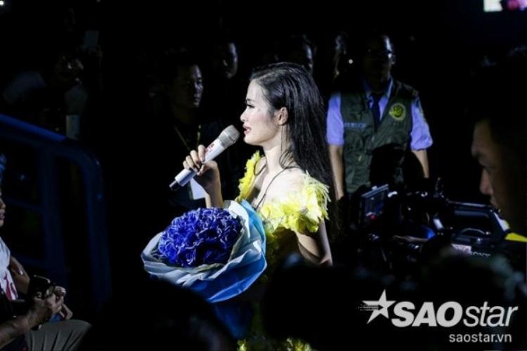 Điểm lặng đầy ý nghĩa trong liveshow hoành tráng vừa qua của Đông Nhi là khi cô bất ngờ di chuyển xuống sân khấu để tặng hoa cho mẹ của mình. Nữ ca sĩ bật khóc nghẹn ngào và gửi lời cám ơn đến bố mẹ đã âm thầm ủng hộ cô trong suốt chặng đường dài.