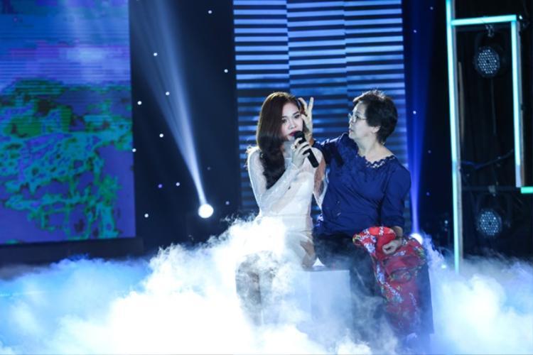 Mặc dù đây không phải là lần đầu tiên Giang Hồng Ngọc thể hiện ca khúcCon sẽ sống vì mẹ, nhưng với sự xuất hiện của mẹ trên sân khấu, nữ ca sĩ đã rất xúc động, nghẹn ngào nước mắt.