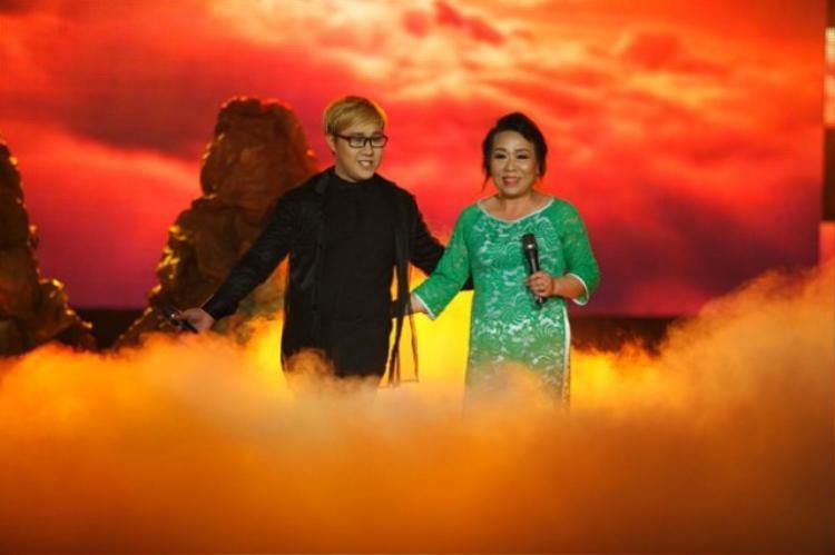 Trong một cuộc thi âm nhạc, Trung Quân Idol lần đầu tiên đưa mẹ lên sân khấu hát cùng ca khúc Trên đỉnh Phù Vân vô cùng thành công. Khán giả không ngừng tán thưởng khi thấy mẹ của nam ca sĩ có giọng hát bay bổng và điêu luyện.