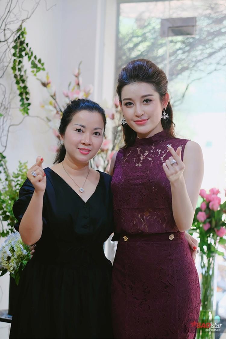 Á hậu Hoa hậu Việt Nam 2014 thừa nhận mình không hợp tính mẹ, cứ nói chuyện được vài câu là lời qua tiếng lại.