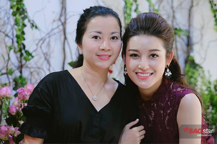 Nhìn mẹ con Huyền My như hai chị em…
