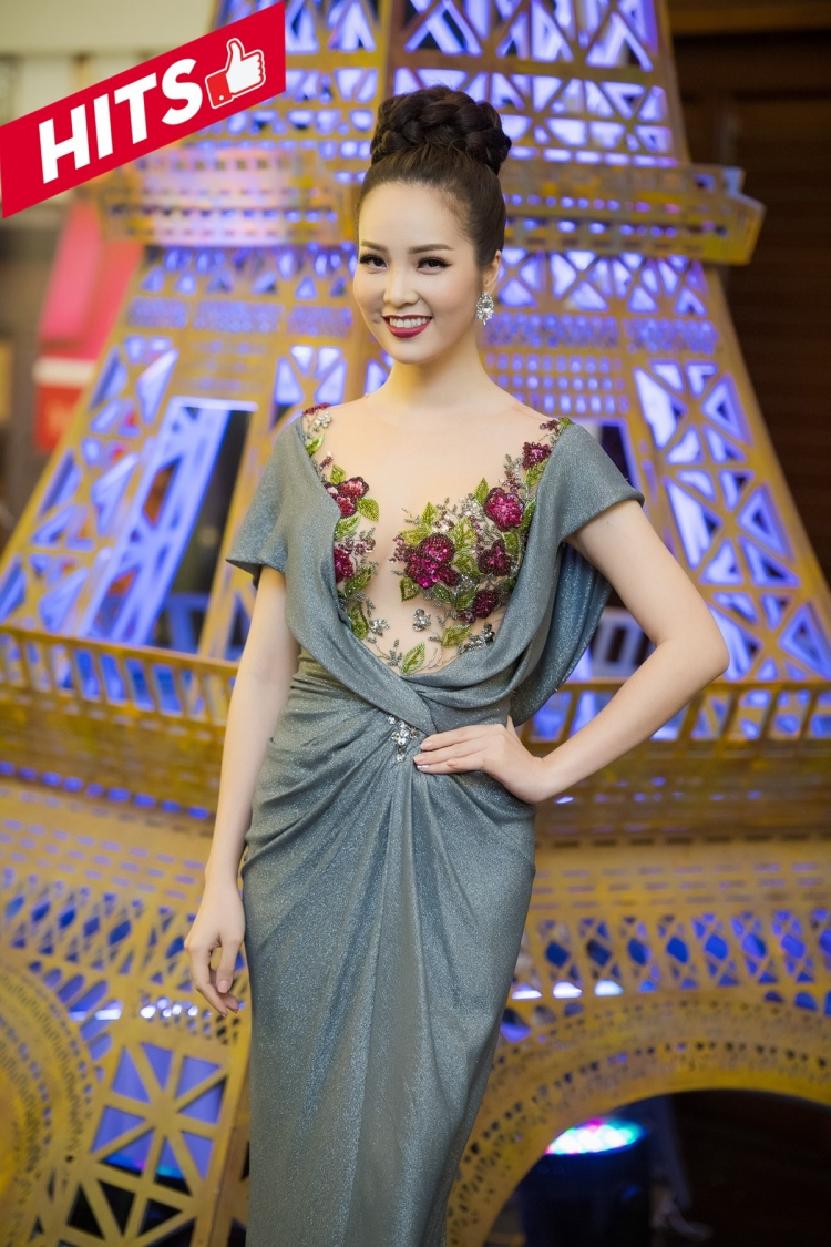 Á hậu Thụy Vân xinh tươi khi chọn trang phục với họa tiết hoa nổi bắt mắt, thiết kế chít eo như càng giúp người đẹp khoe được vòng 2 săn chắc. Lối trang điểm với màu son tươi tắn là yếu tố giúp cô rạng rỡ hơn.