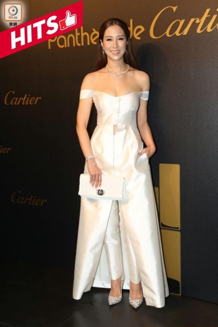 Nữ diễn viên Từ Tử Kỳ chọn trang phục cá tính, khoe vai trần. Trang phục váy xẻ giữa mix cùng quần tây hiện đại cũng là một trong những mẫu thiết kế được rất nhiều mỹ nhân châu Á chọn mặc xuất hiện tại các sự kiện lớn và luôn giúp họ có được diện mạo ấn tượng nhất.