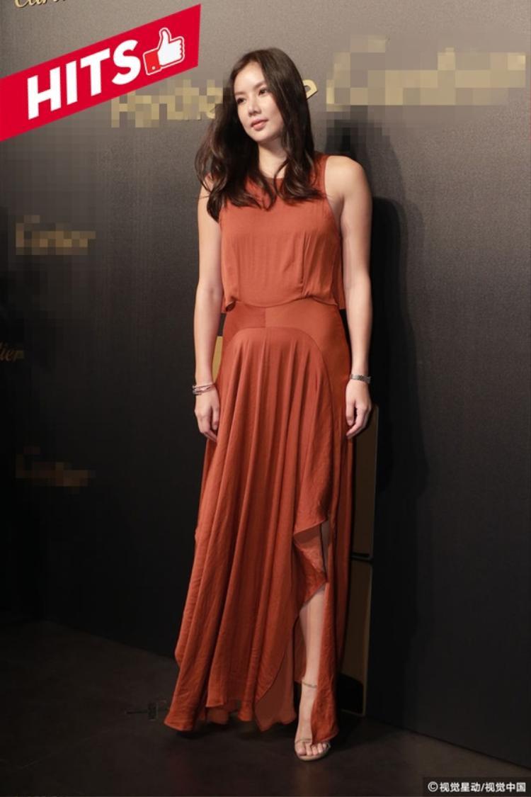 Lạc Cơ Nhi gây chú ý khi xuất hiện trong sự kiện ở Hong Kong. Thay vì phong cách gợi cảm, cô chọn váy suông đơn giản, xẻ tà vừa phải. Không phụ kiện cầu kỳ nhưng người đẹp gốc Việt được báo chí Hong Kong đánh giá nổi bật, tạo ấn tượng hơn nhiều nghệ sĩ có mặt trong sự kiện.