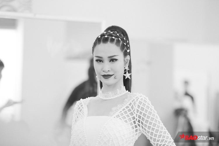 HLV Đông Nhi xuất hiện với hình ảnh xinh đẹp với kiểu tết tóc lạ mắt.