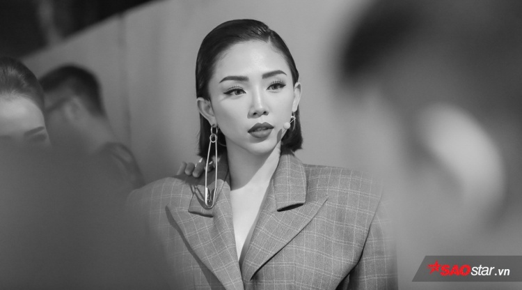 HLV Tóc Tiên vẫn cá tính với kiểu trang điểm sắc nét và bộ trang phục vest được phá cách độc đáo với phần vai to và rộng.
