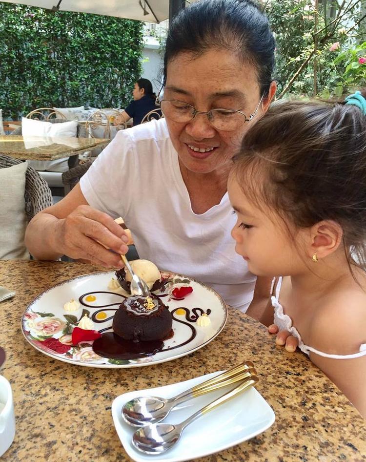 Đoan Trang chia sẻ bức ảnh mẹ của mình và con gái bé nhỏ.