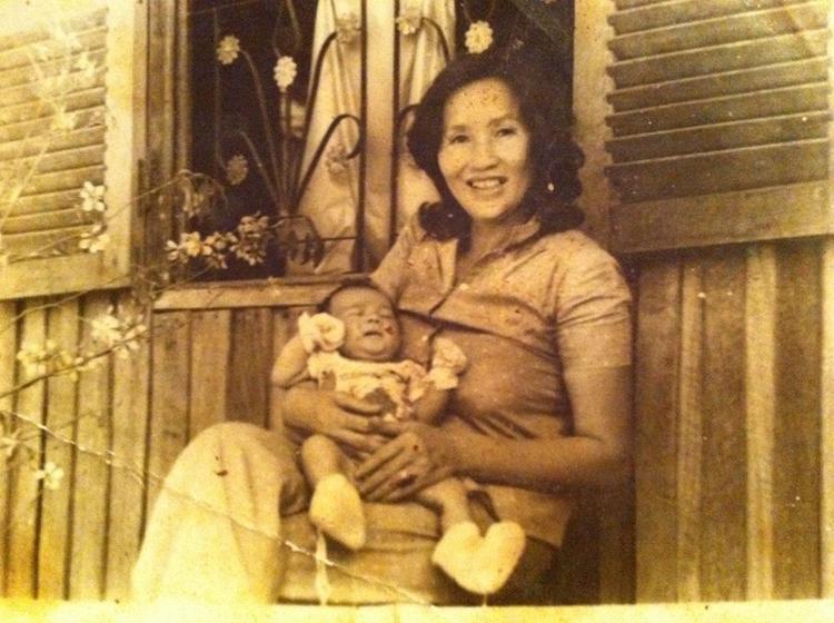 Dương Triệu Vũ không quên chia sẻ thêm bức ảnh anh trai Hoài Linh ngày bé trong lòng mẹ.