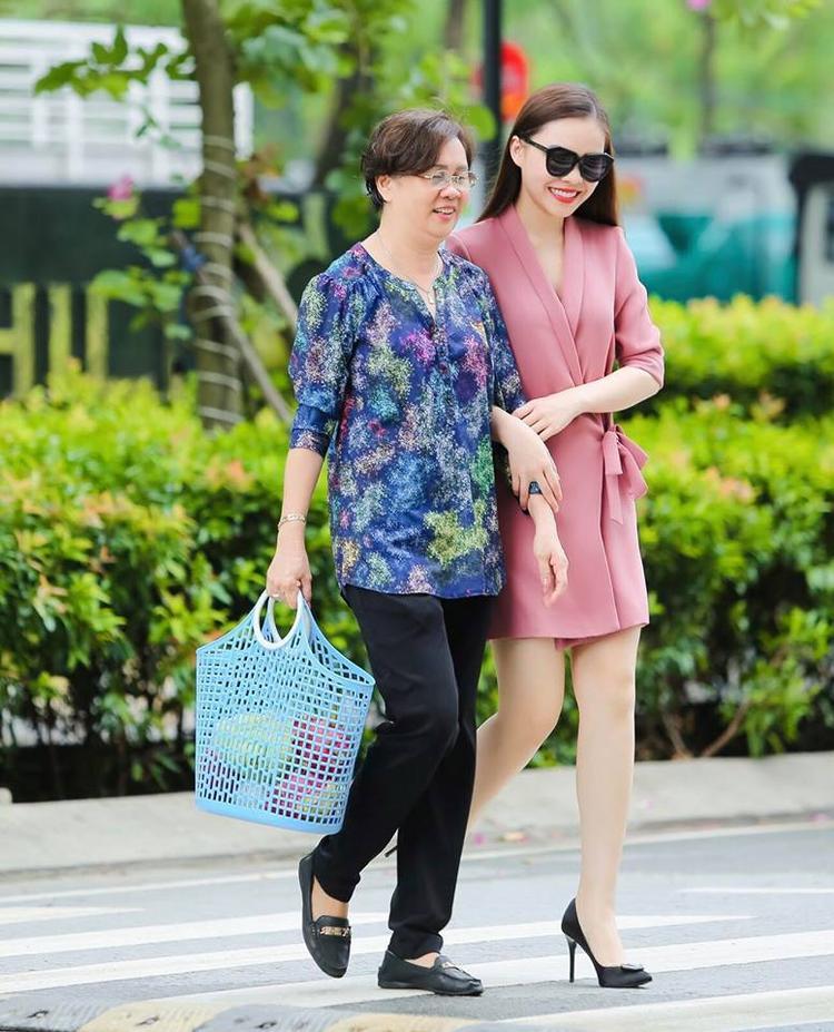 """Giang Hồng Ngọc lại chỉ biết nói: """"Con yêu mẹ rất nhiều! Happy Mother's Day""""."""