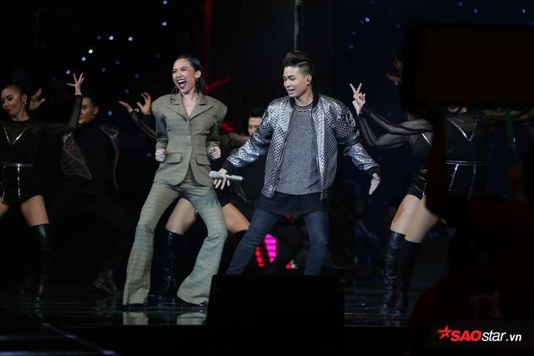 HLV Tóc Tiên không thể ngồi yên đã phải sân khấu để nhảy chung với anh chàng.