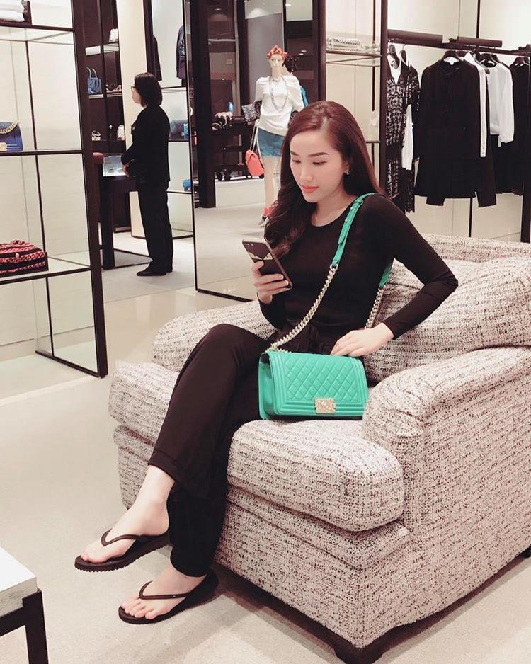 Bảo Thy chọn diện cây đen quyến rũ để mix cùng chiếc túi hiệu Chanel nổi bần bật khi cô tạo dáng trong một store thời trang sang chảnh.