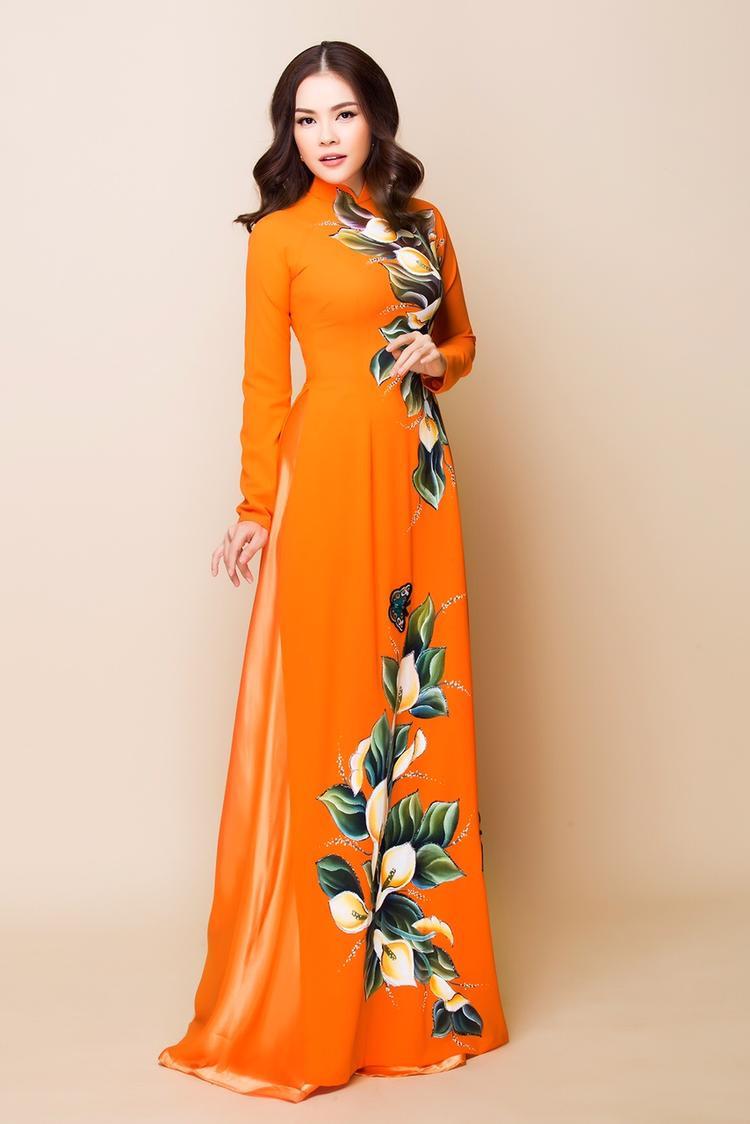 Dương Cẩm Lynh khoe eo thon, dáng nuột với áo dài cách tân