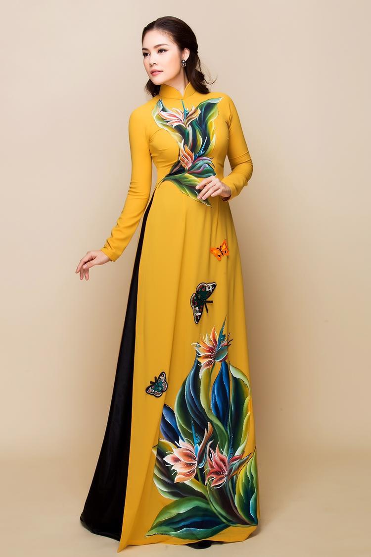 Thiết kế mang hơi hướng cổ điển với chiếc áo dài lụa cổ cao 7 tấc, tay ôm, chích eo, tà dài giúp nữ diễn viên khoe thân hình đồng hồ cát đáng mơ ước một cách triệt để.
