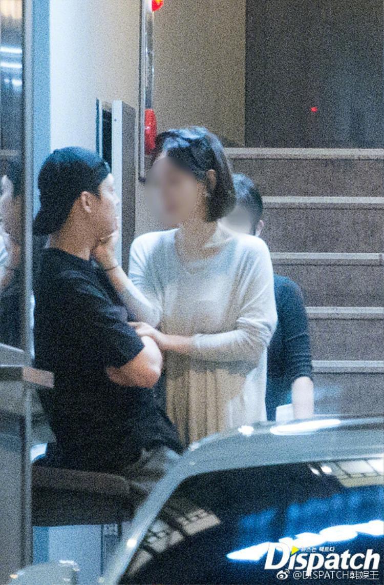 Trước đó, một fan Thái Lan vô tình bắt gặp hình ảnh cặp đôi tay trong tay tại trung tâm thương mại Coex. Đó cũng là lần đầu tiên nam diễn viên xuất hiện công khai cùng bà xã tương lai sau tuyên bố kết hôn.